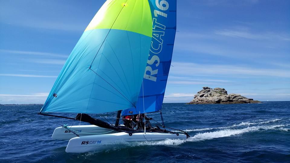 Catamaran RS16 avec spi en Baie de Morlaix - Carantec