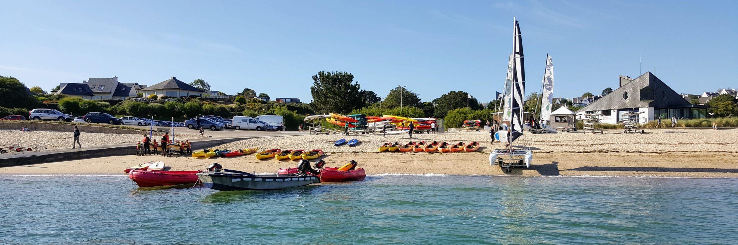 Départ de la plage du Kelenn pour la location de catamaran et kayak, les enfants du stage jardin des mers
